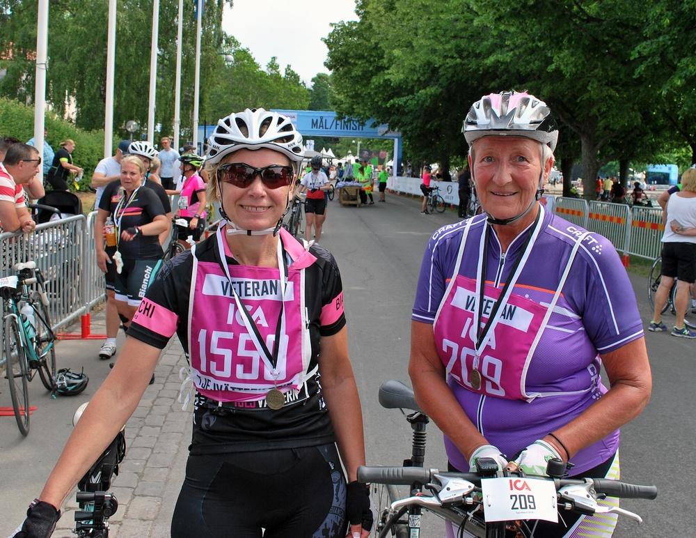 Annika Johansson, Mjölby - Viveka Lundegård, Karlstad, har cyklat samtliga Tjejvättern-lopp. Sammanlagt 28 stycken.  Foto: Björn Spjut