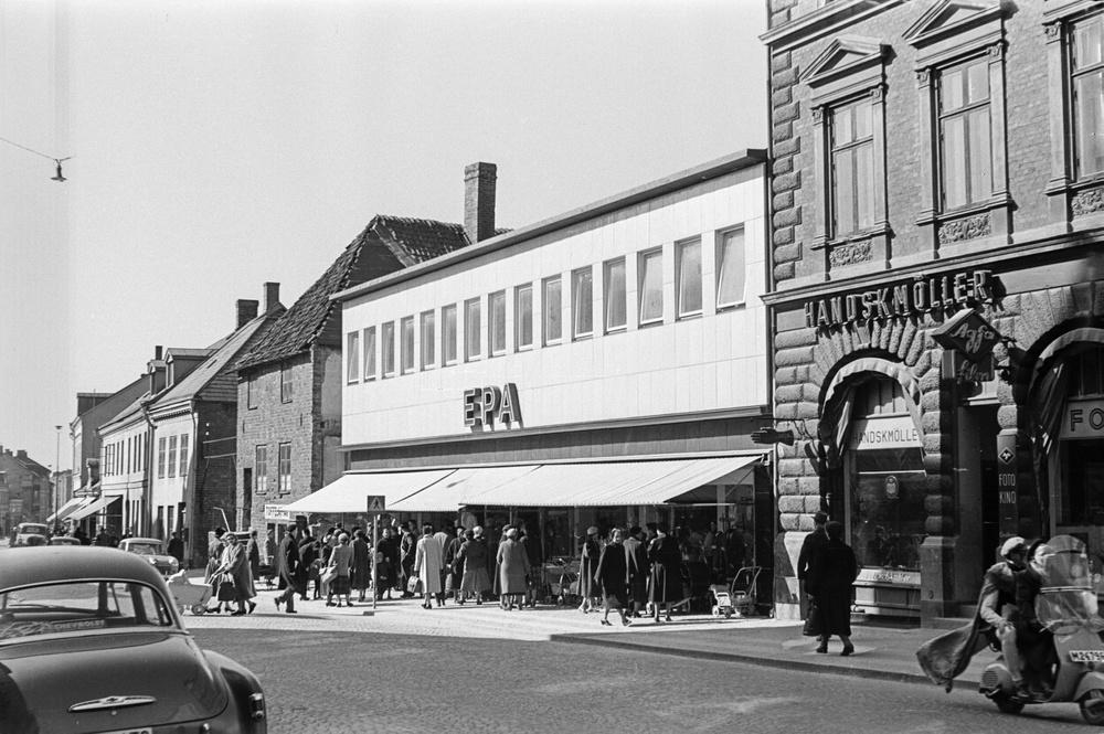 Det nybyggda EPA-varuhuset öppnade 1931, omgivet av äldre bebyggelse. Foto från 1955 ur Kulturens arkiv.