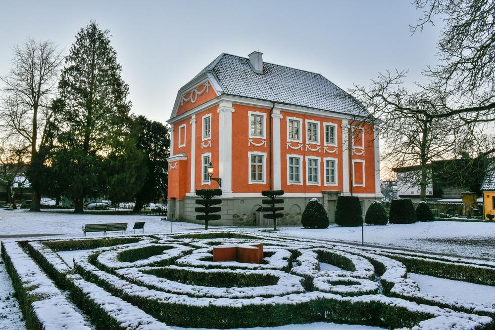 Herrehuset byggdes som bostadshus ca år 1816 och står på sin ursprungliga plats i centrala Lund. Huset är delvis murat av medeltida tegel och i bottenvåningen natursten. År 1890 köpte Kulturen fastigheten 35C, där Herrehuset står, och kunde i och med det öppna ett permanent museum 1892. Barockfasaden är inte ursprunglig, utan skapades 1892.