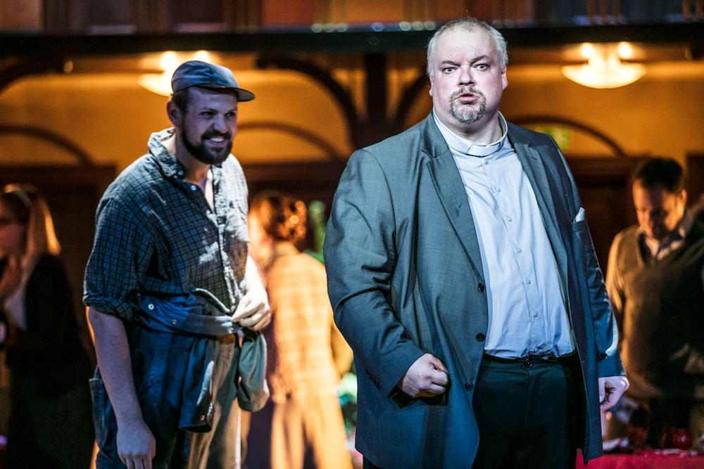 Panait (Johannes Held) och Priest Grigoris (Marcus Jupither)