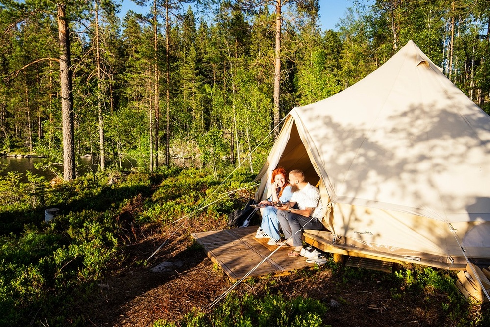 Solig glänta i Värmland och Happie Camps hotält. Fotograf: Roger Borgelid