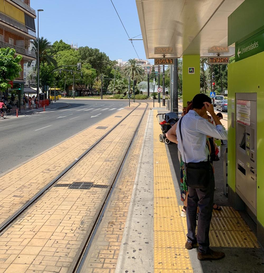 Bild på spårvägshållplats i Murcia.
