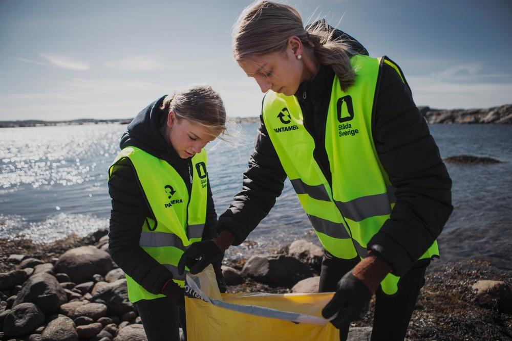 Ungdomar städar strand Foto: Petter Trens/Städa Sverige