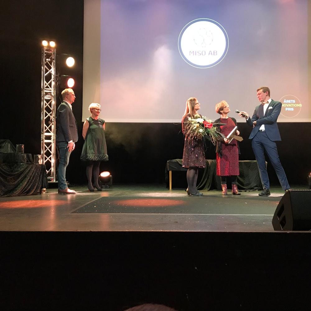 Misos grundare Betty Collin och Stina-Mina Ehn-Börjesson vinner Innovationspriset i Kristianstad. Med utgångspunkt från forskning inom mikrobiologi har Miso utifrån vildjäst utvecklat en helsvensk och unik produkt för bryggerinäringen.