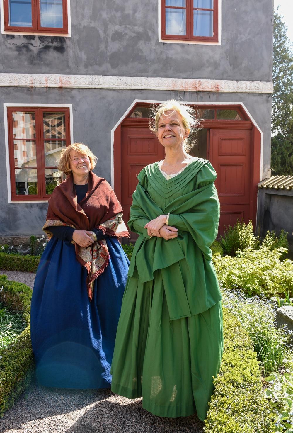 Volontärerna Lena Sandnes (till vänster) och Monica Larsson i Thomanderska husets trädgård på Kulturen i Lund. Foto: Viveca Ohlsson, Kulturen