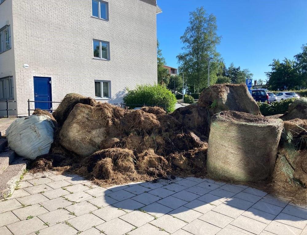 Ruttna höbalar utanför kommunhuset i Lindesberg.