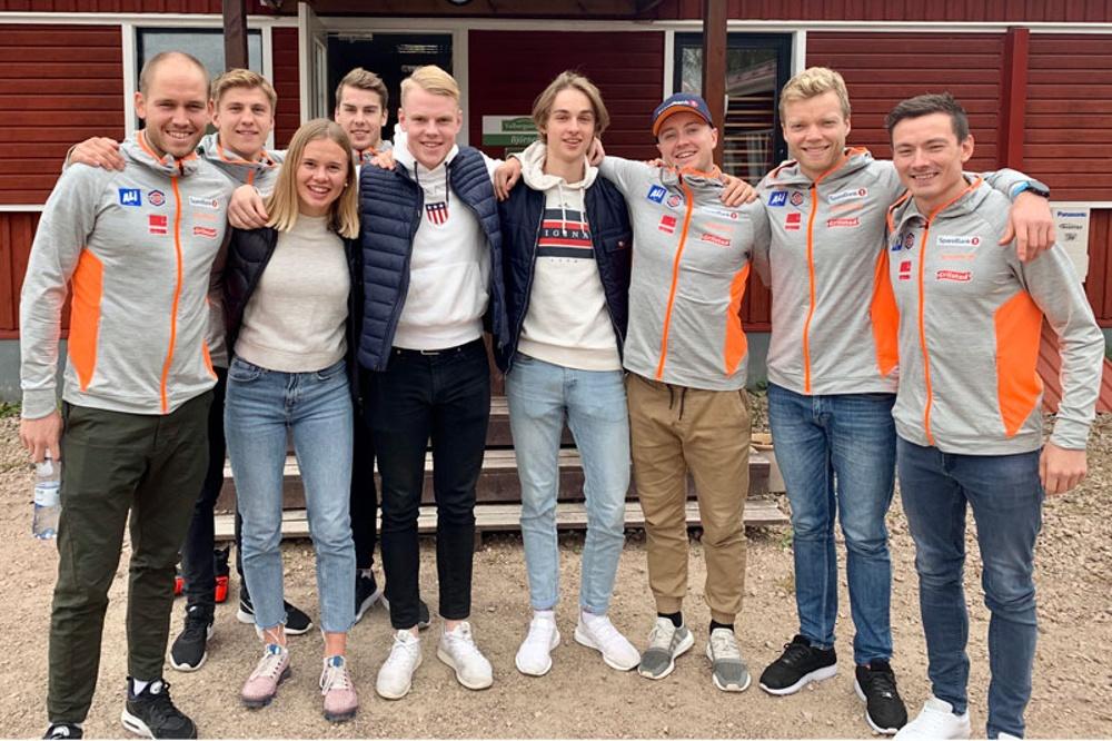 Elever från Stjerneskolan och delar av norska landslaget i längdskidsprint utanför Valbergsängen i Torsby