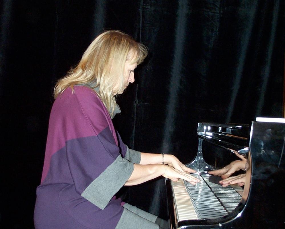 Susanna Lindeborg spelar på sitt instrument.