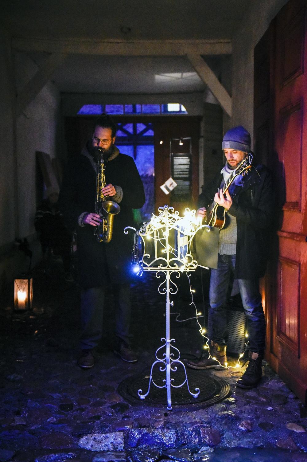 Det bjuds på musik av olika slag under julmarknaden. Foto: Viveca Ohlsson/Kulturen