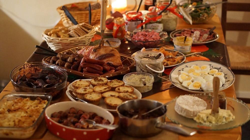 Julbord med olika rätter