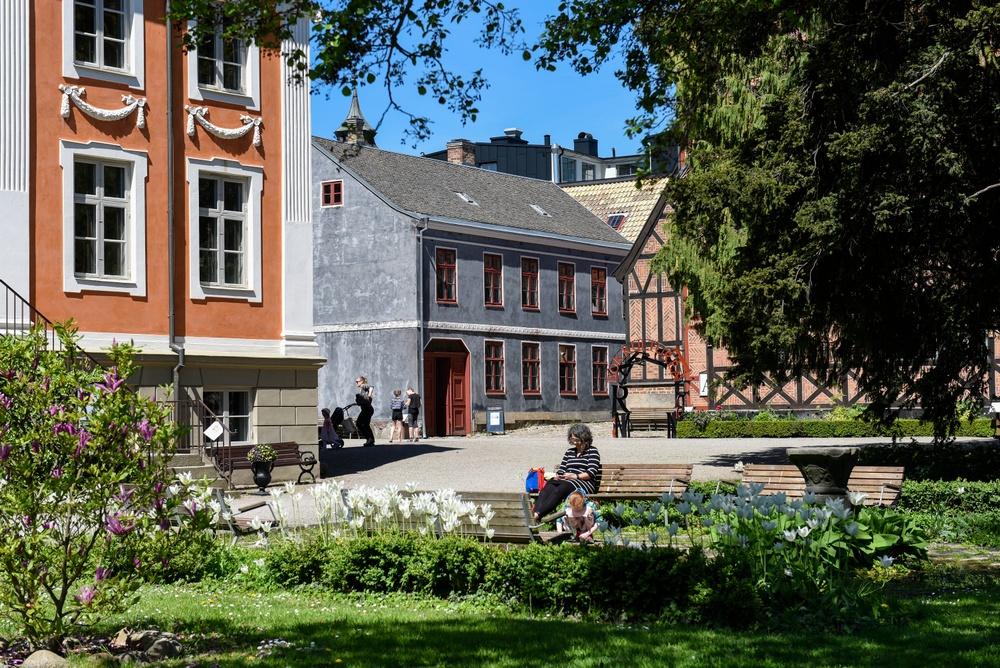 Friluftsmuseet på Kulturen i Lund, med Herrehuset till vänster och Thomanderska huset rakt fram. Foto: Viveca Ohlsson, Kulturen.