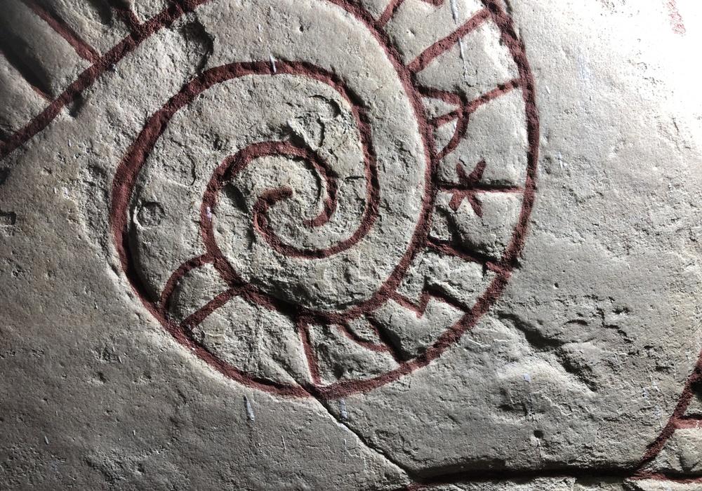 En runsten med inristade runor.
