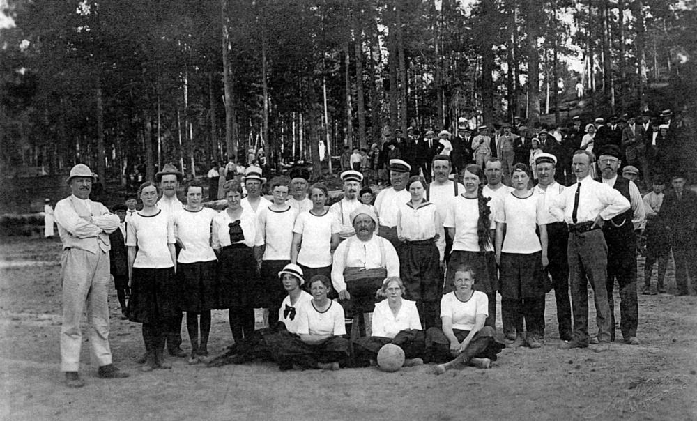Gruppbild på två fotbollslag år 1917.