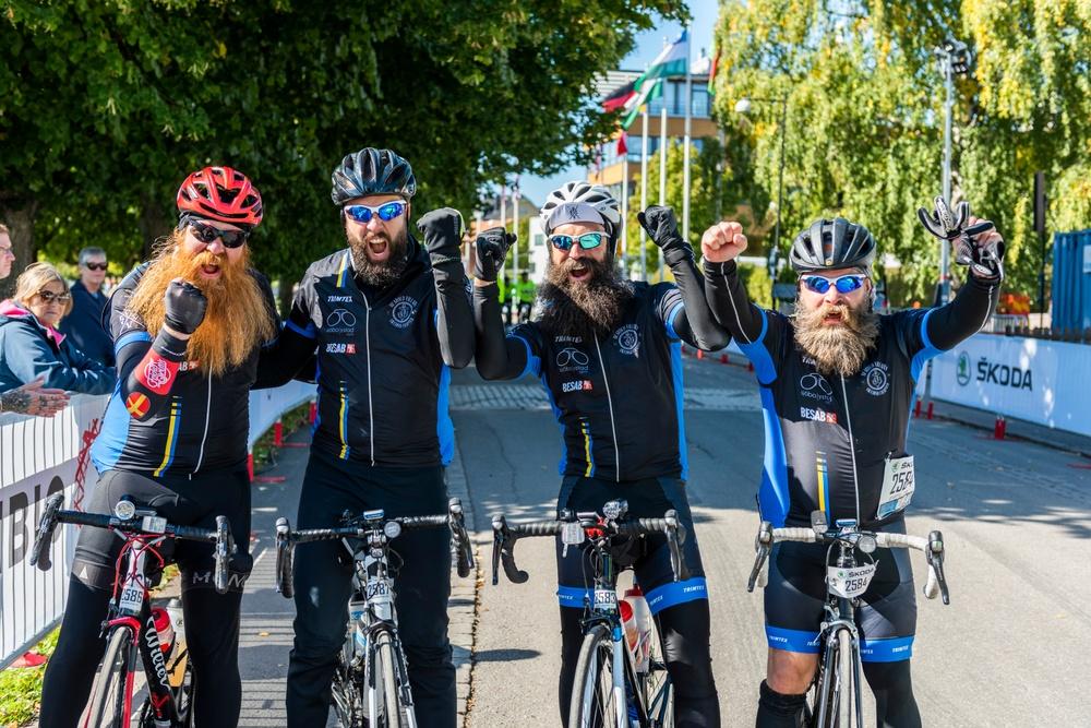 Lyckliga cyklister efter målgången i Vätternrundan 2021.