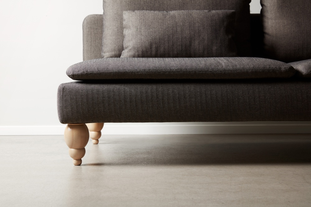 Bemz cover for IKEA Söderhamn sofa in Jet Black / Sand Beige Brinken Herringbone. Maxwell Ryan x Bemz by Apartment Therapy legs, model: Terence 18cm in Natural.