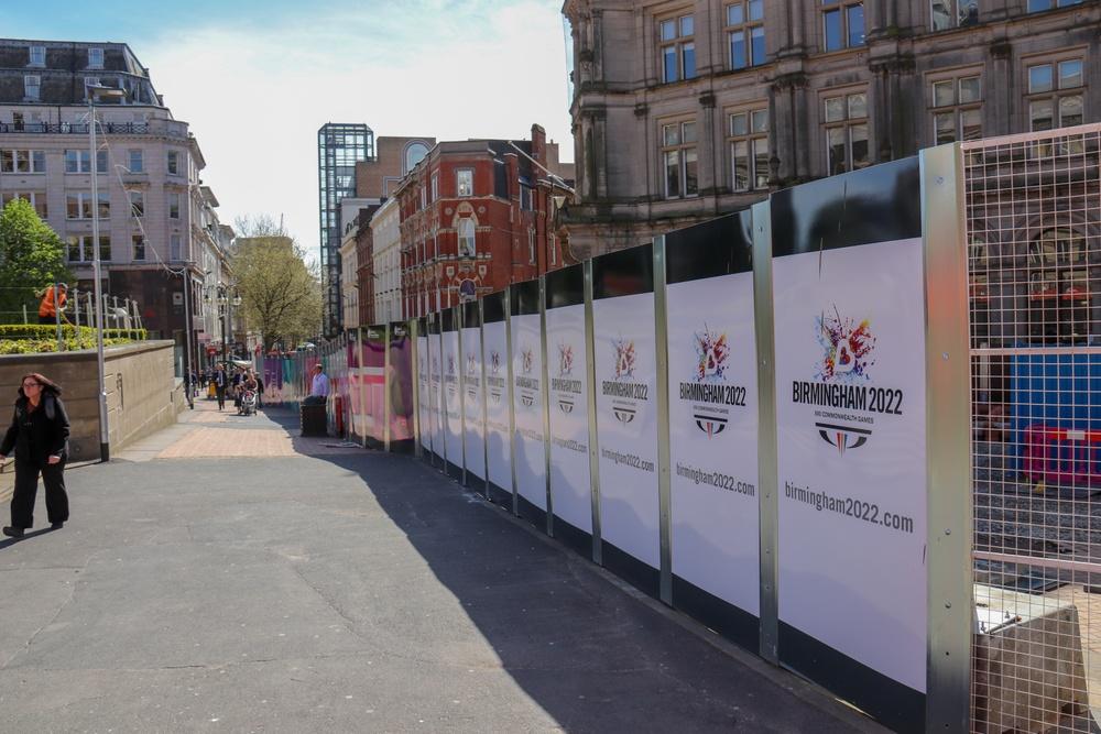 Bilder på byggplank i centrala Birmingham.