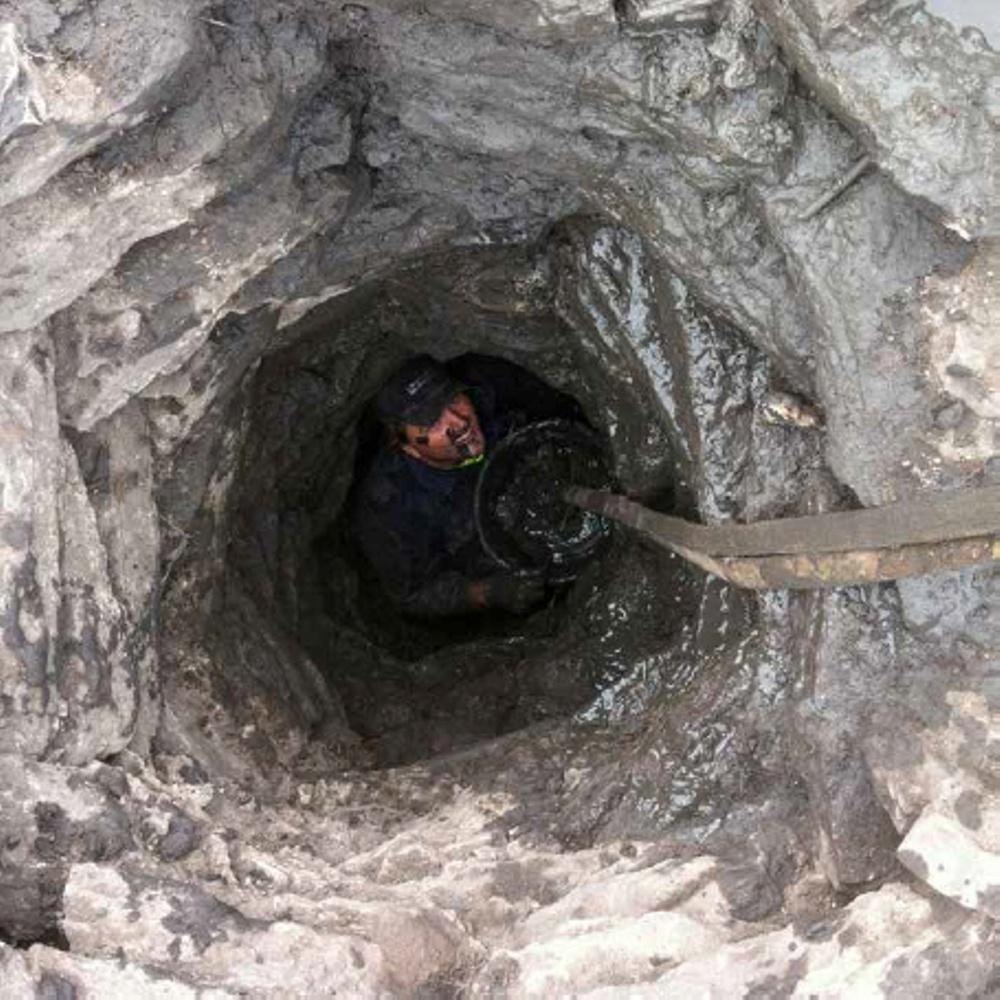 Sven Jonsson fick ensam göra det omfattande arbete som det innebar att tömma en brunn som var uppfylld med stenar. Ingen annan vågade sig ner.