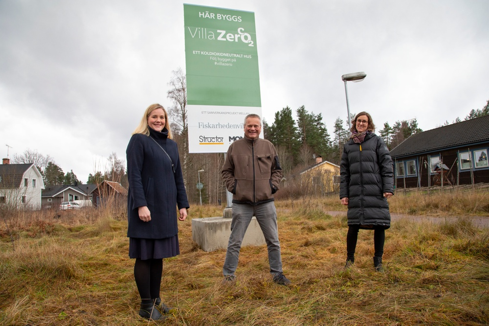 Gabriella Hagman, Gunnar Jönsson och Kristina Hansén står framför skylten somd et står Villazero på.