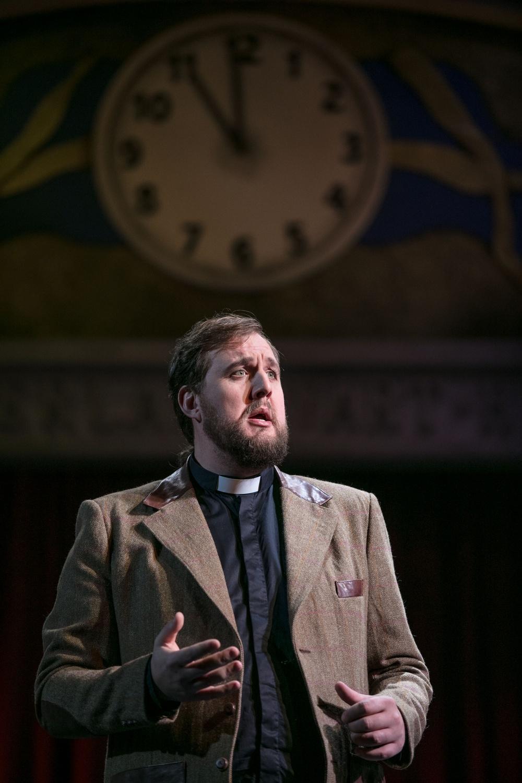Viking Munk, präst (Mr. Gedge) - Anton Ljungqvist