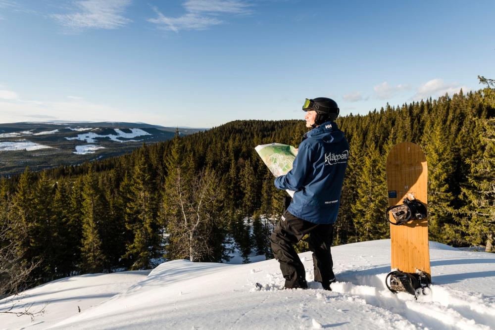 Gustav Eriksson, VD på Kläppen, inspekterar området för pisterna i det nya området: Kläppen Syd.