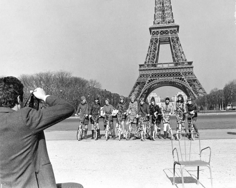Pressen gav Katja god reklam i samband med modevisningen i Paris 1966. Pressfotograferna hyrde cyklar till mannekängerna som här fotograferas i Katjas plagg framför Eiffeltornet i Paris. Okänd fotograf/Malmö Stadsarkiv.