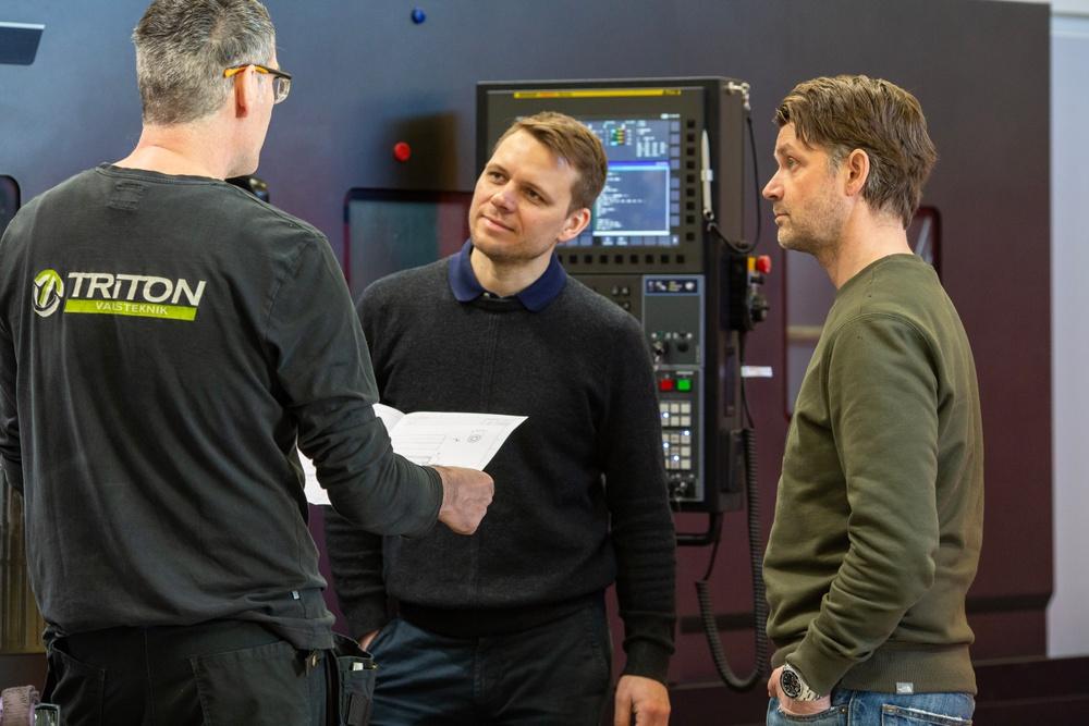 Johan Löfberg, till vänster i bild, tillsammans med Pär Welinder och en av Tritons medarbetare. Foto: Triton Valsteknik.