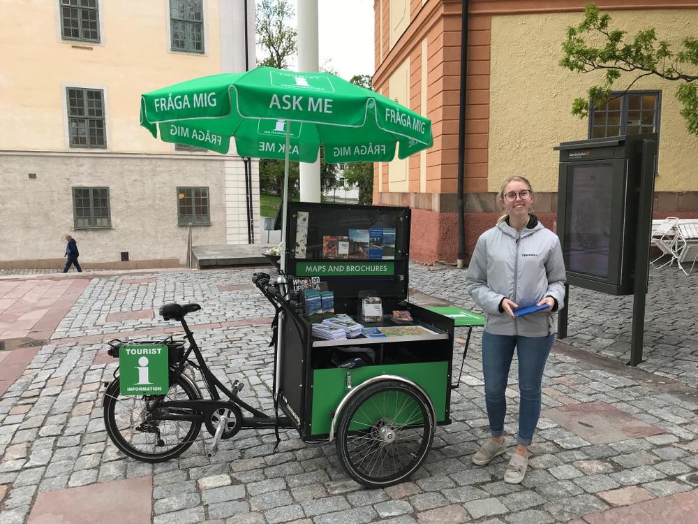 Uppsala Turistinformation bemannar med mobila informationsenheter utanför bland annat det besöksintesivaområdet vid domkyrkan under sommaren.