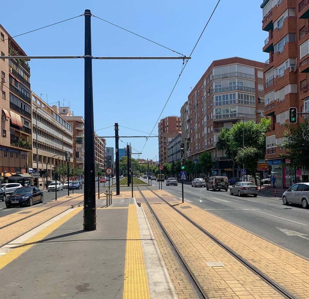 Spårväg längs en gata i Murcia där man tydligt ser att den är fullt avskild från övrig trafik.