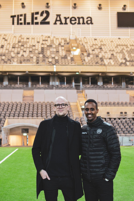 Södra Teaterns vd Samuel Laulajainen och Abel Abraham, CSR-ansvarig hos Hammarby Fotboll.