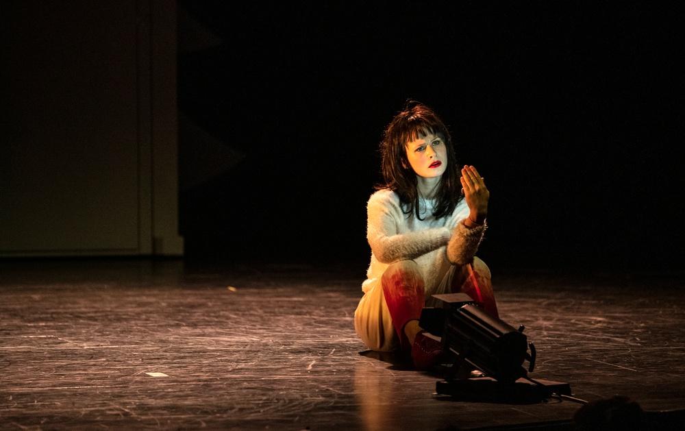 """Snövit"" av Fredrik Benke Rydman har urpremiär 11 dec 2019 på Dansens Hus. På bilden: Ellen Lindblad i rollen som Snövit. Foto: Kai Heimberg"
