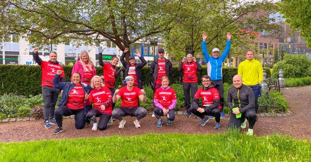 Klädda i Blodomloppets röda t-shirtar samlades några ur Väsbyhems personal i Järnvägsparken för en gruppbild.