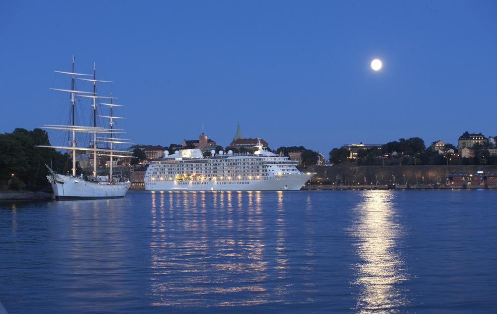 båt på natten i Stockholms inlopp