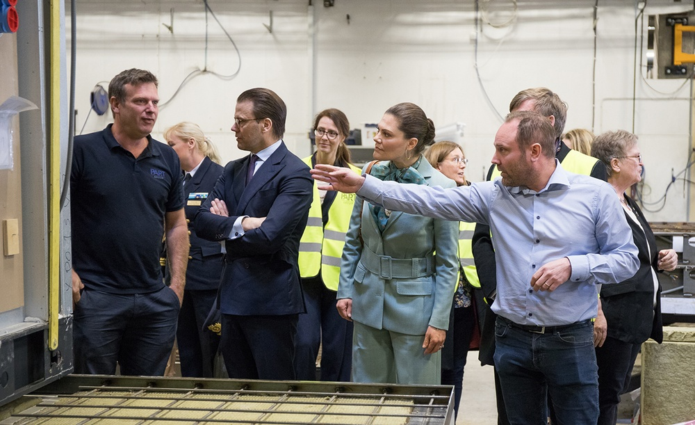 Kronprinsessan Victoria och prins Daniel tillsammans med PartGroups VD Anton Lundholm (till vänster) och Isolamins platschef Magnus Hansson (till höger).