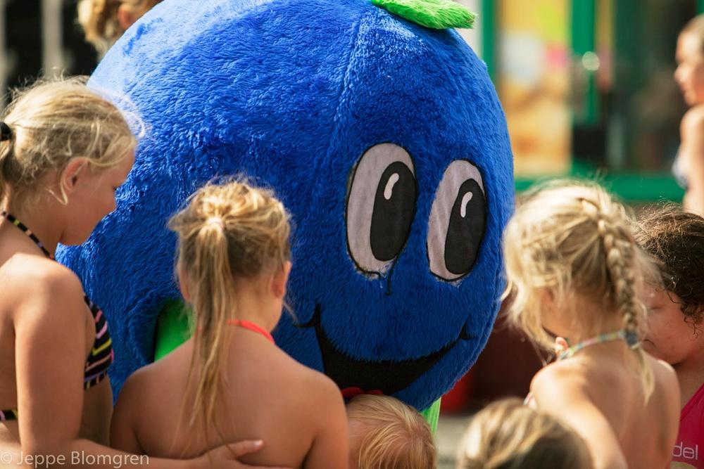 Blåbäret Bärra syns på Campingpärlorna, där håller han i aktiviteter och firar gärna sin födelsedag flera gånger per sommar.