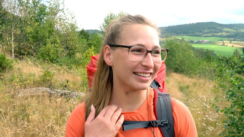 27 år gamle Nina Lutz går fra Oslo til Tronheim. Hun synes det er deilig å lufte hodet og kun tenke på seg selv og stien hun skal gå.