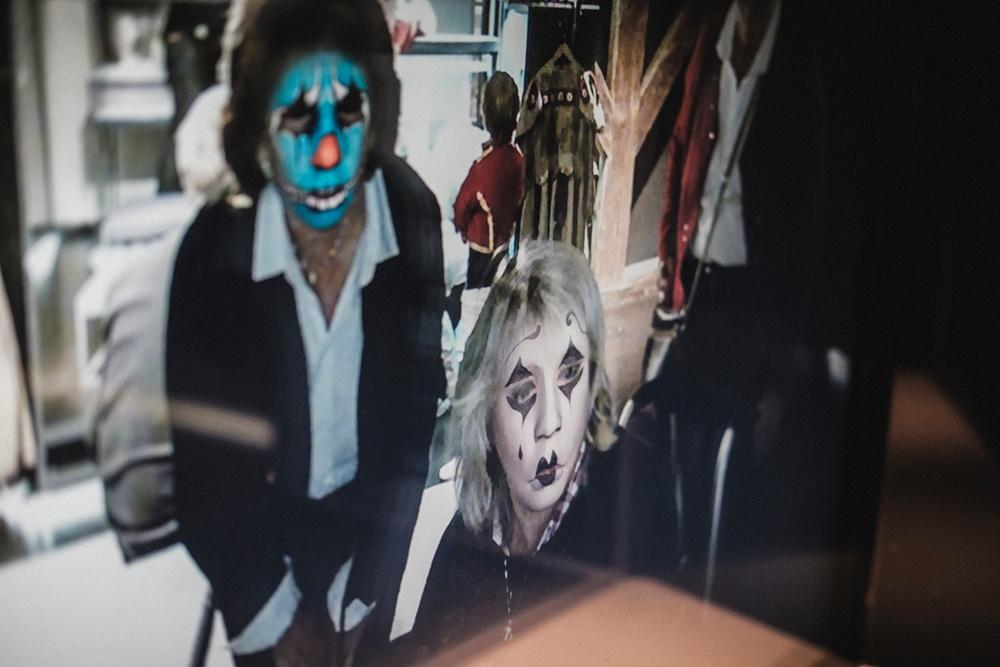 Besökare testar museets digitala sminkspegel. Foto: Jonas André