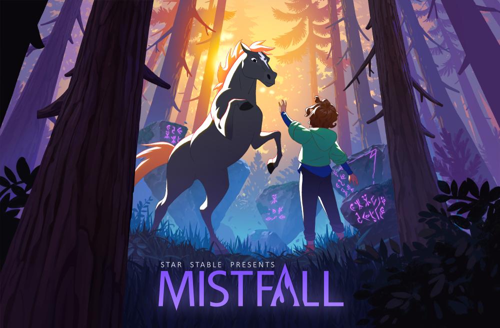 Logo von Star Stable: Mistfall, Blaze steigt, Skye steht vor ihr, vor dunklem Hintergrund im Wald