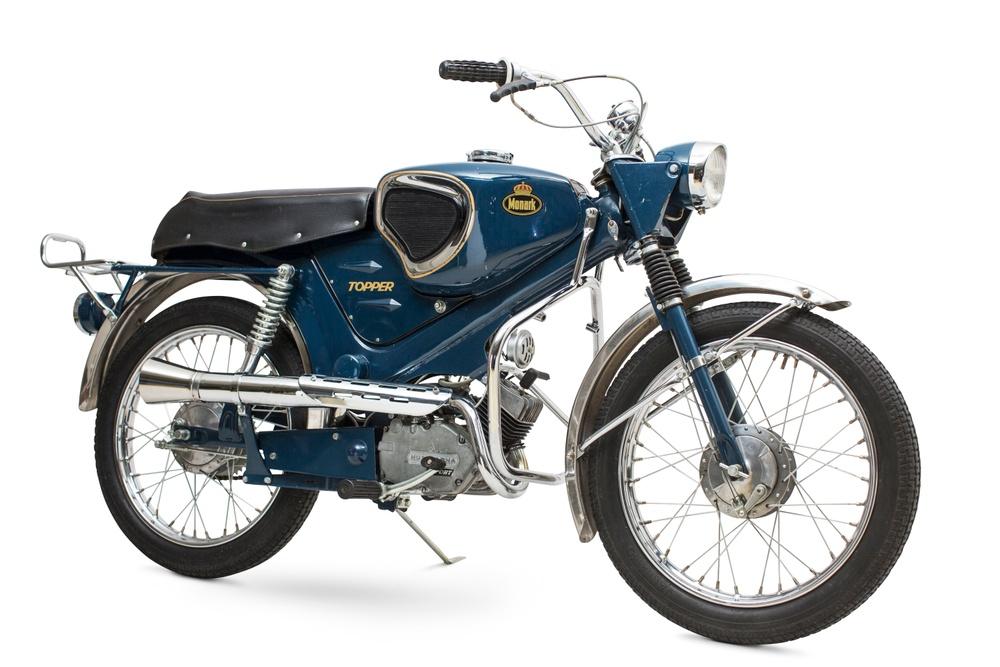 Monark Topper av 1967 års modell. Formgivare: Björn Karlström. I slutet av 1960-talet ändrade mopeden form och blev mer av en förminskad motorcykel. Men de plåtrika modellerna hängde med ett tag till, här MCB:s sportmodell som under några få år försökte stå emot den superpopulära importmodellen, österrikiska Puch Dakota. Foto: Claes Johansson.