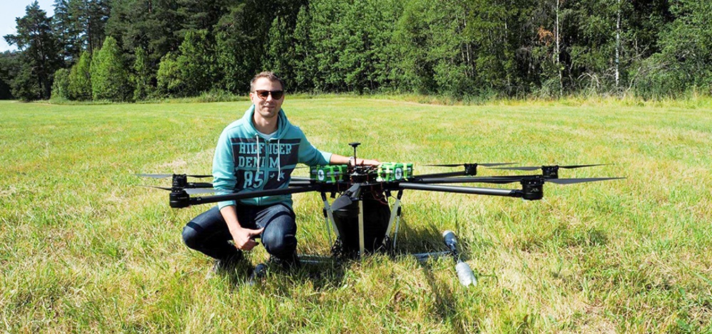 Elof Winroth with one of Nordluft's super drones that can carry 30 kilos of cargo and fertilizes forests in a cheap, environmentally friendly way. Photo: Nordluft