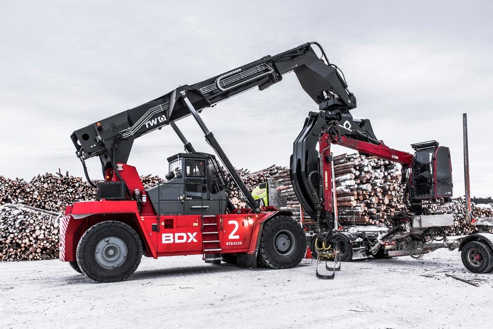 Vedtruckarna lyfter 31 ton och lastar av en timmerbil på 4-5 minuter.