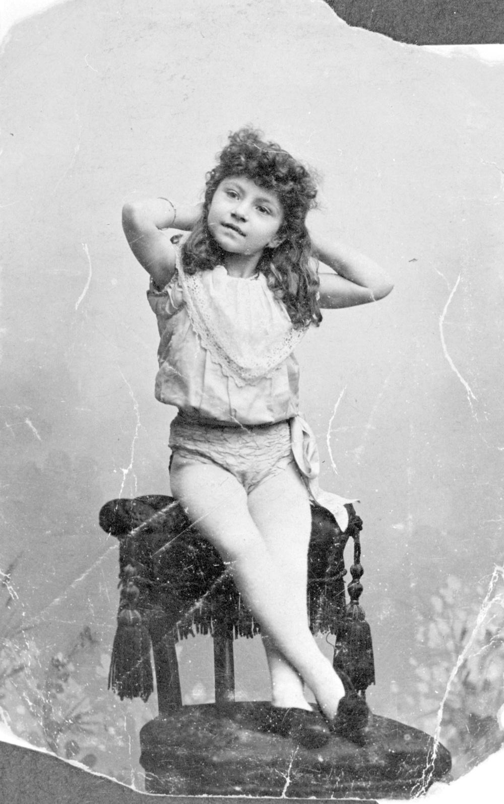 """Cirkusartisten La Bella Ingeborg (1890-1970) som barn. Hon hette egentligen Valborg Gröning. Hon togs som fosterbarn till Cirkus Lindberg vid fyra års ålder och lanserades ett år senare som """"Vidunderbarnet"""". Senare blev hon lindansös och ryttarinna. Fotografiet och en av La Bella Ingeborgs kostymer visas i utställningen. Originalfotografiet finns i Länsmuseet Gävleborgs samlingar."""