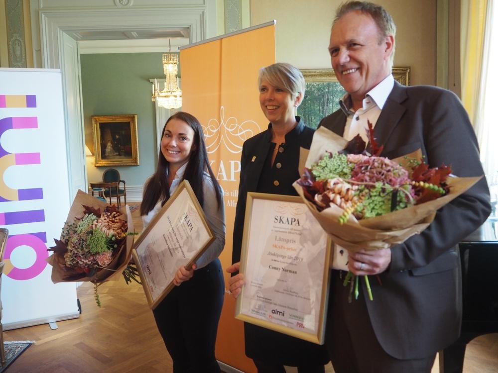 Vinnarna av SKAPA länspris 2019, Karolina Malmlöw och Conny Norman, tar emot priset av landshövding Helena Jonsson.