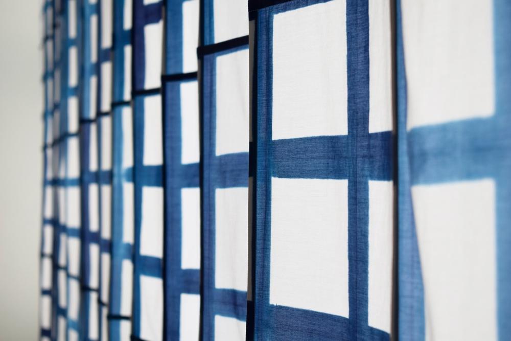 KAJSA SAMUELSSON – BEGINNING MIDDLE AND Mitt verk består av en textil installation i kypfärgad siden- och bomullsblandning. Verket är en del av ett större projekt, där jag undersökte relationen mellan textil och mönster, och hur en textil filosofi kan påverka min konstnärliga praktik.  Juryns motivering Ambitiöst, genomarbetat och skenbart enkelt med imponerande precision i skalan. Mönstret känner vi igen från den traditionella kökshandduken, en vardaglighet som förstorats för det offentliga rummet till en monumental manifestation.