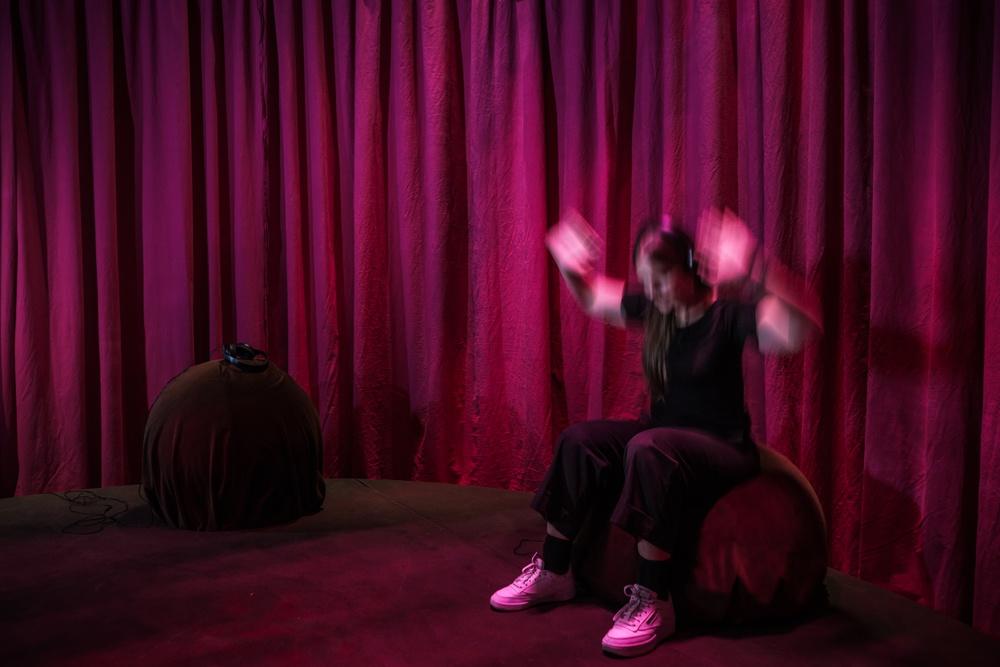 Besökare i Sara Lindströms installation i utställningen Everybody Dance! Foto: Miki Anagrius