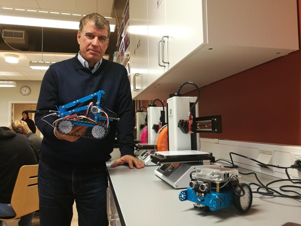 Tekniklärare Javad Zadeh i skolans makerspace där det kommer att byggas självkörande bilar under NTI Jam