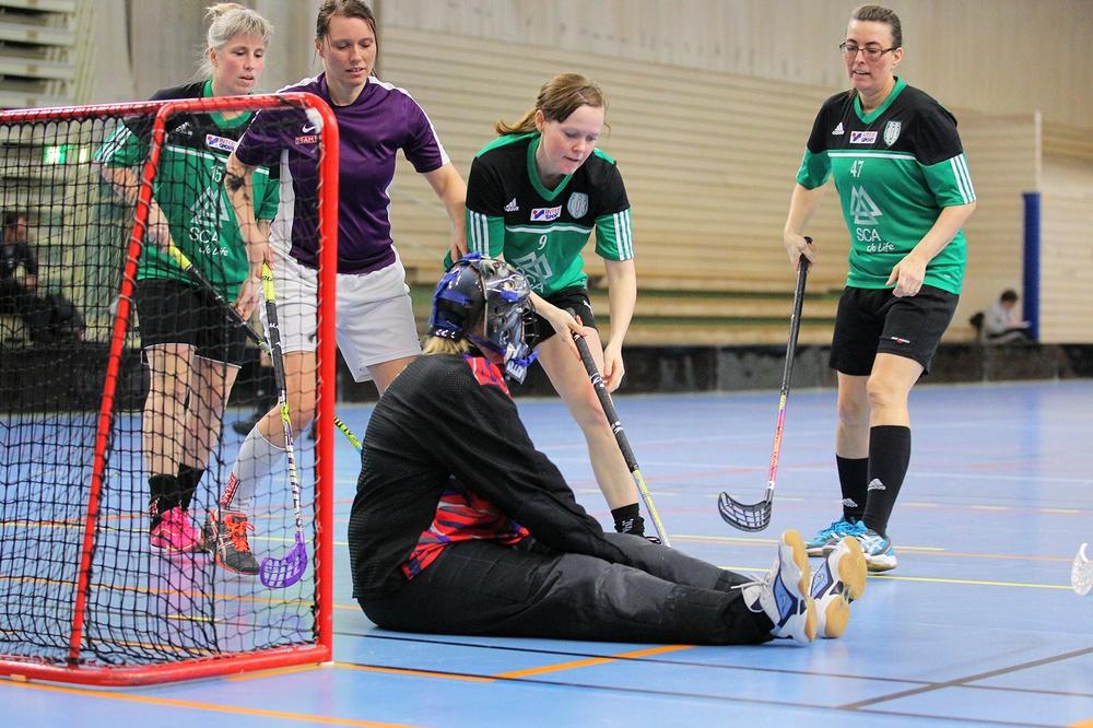 Damer spelar innebandy. Foto: Svenska innebandyförbundet.