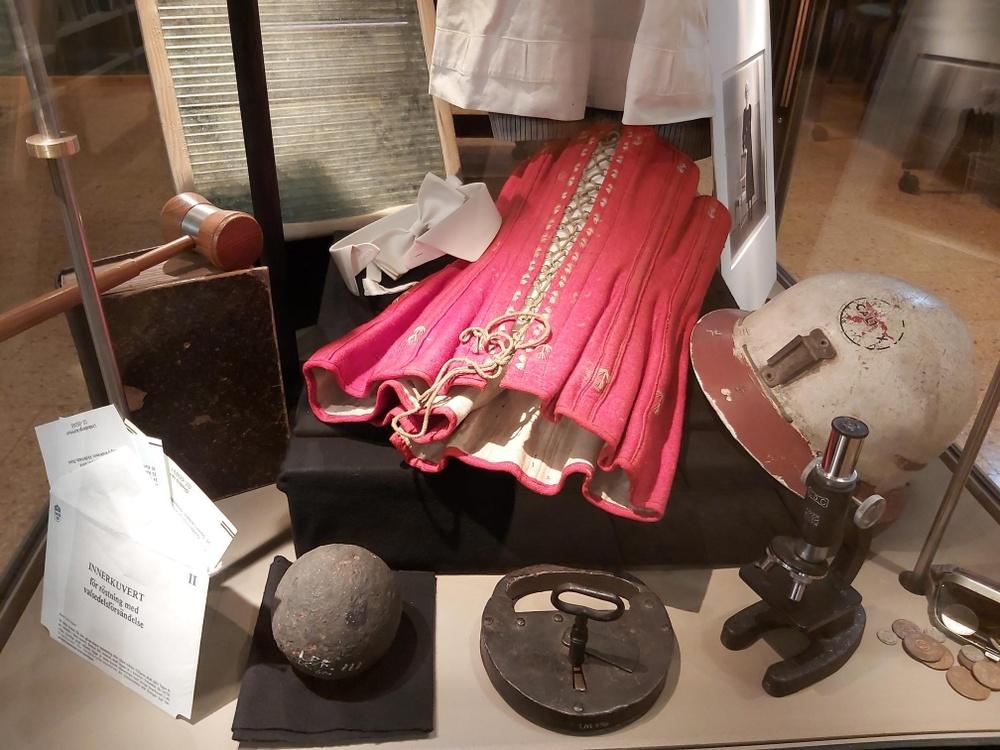 Monter med gamla föremål och kläder.