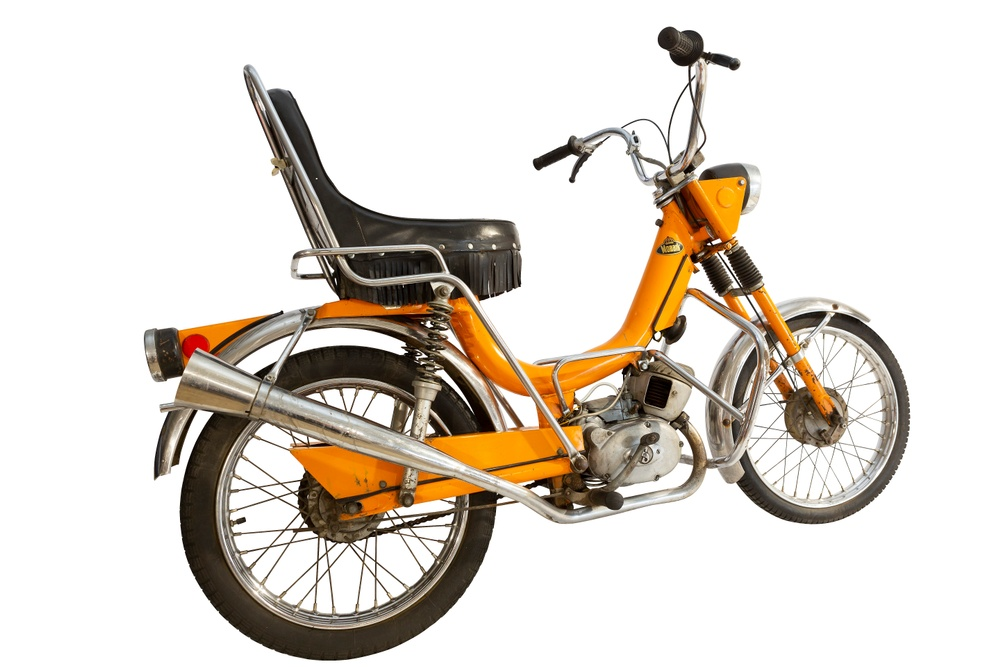 De allra flesta mopedmodeller saknar namngivna designer. Marknadsfolk och ingenjörer slog inte sällan sina kloka huvuden ihop och skyfflade ut ännu en modell på marknaden. Med filmen Easy Rider 1969 fick MCB bråttom. De ville ha en chopper… och då blev det så här. En udda fågel, 50 CS 1971. Foto: Claes Johansson.