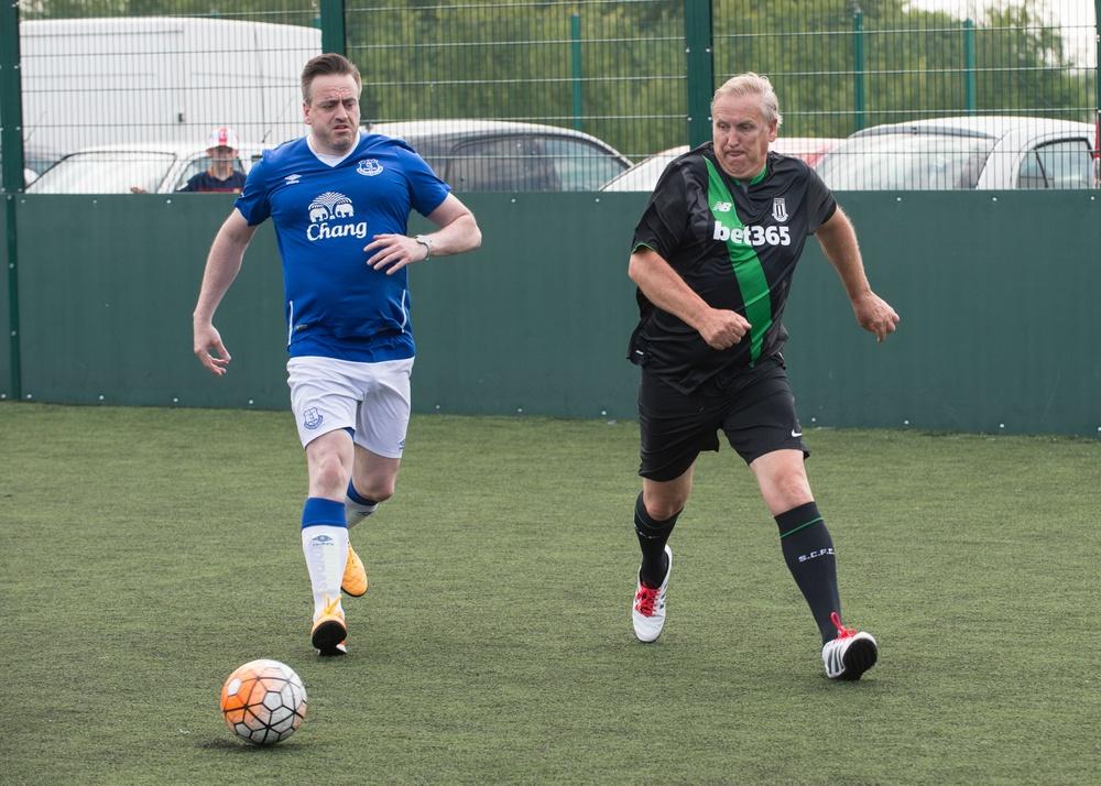 To fotball-supportere fra Stoke og Everton kjemper om ballen