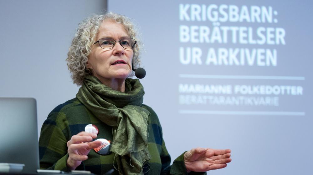 Marianne Folkedotter, berättarantikvarie Västerbottens museum, vid föreläsning på Berättarfestivalen i Skellefteå. Foto: Patrick Degerman.